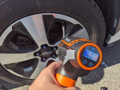充電式エアコンプレッサーはタイヤの空気圧調整にすこぶる便利だった話