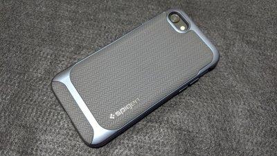 """iPhone SE2に「Spigen ネオ・ハイブリッド ヘリンボーン」を装着。""""メタル・スレート""""はお勧めカラー。"""