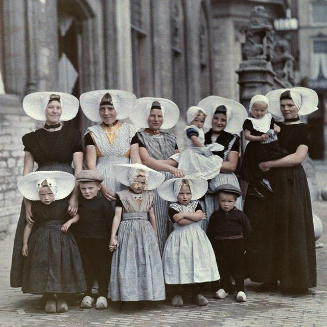 Does anyone know what year this photo of women and children wearing their best to the market was published in National Geographic magazine? The answer will be posted in the caption at 2pm. Photo by Wilhelm Tobien. #TBT #ThrowbackThursday #Netherlands ANSWER: this photo was published in 1933