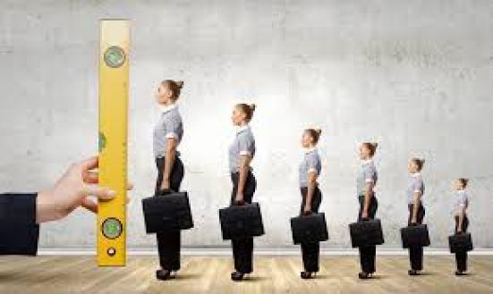 Medindo a altura de pessoas com uma régua.