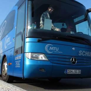 Anreise mit einem modernen Bus.