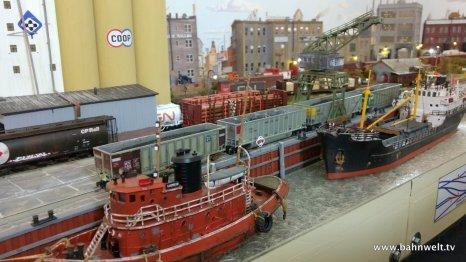 Darauf sind eine kleine Stadt mit Hafen und Bahnanschlüssen dargestellt.