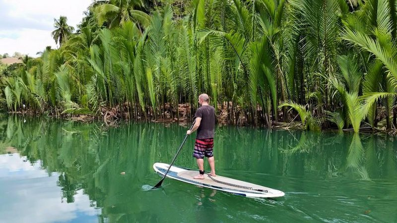 solo travel tips 4: travel your way - solo traveller enjoying his own trip
