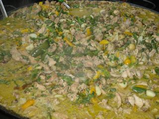 ... and a similary sized pan of chicken paella.