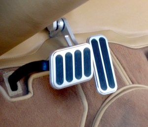 Sensação de pedal elástico indica que há um percentual elevado de água junto ao fluído ou óleo de freio.