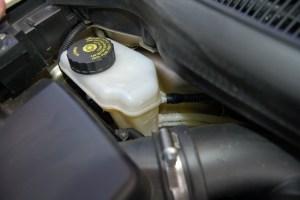 O reservatório do fluído ou óleo de freio tem fácil acesso e encontra-se junto ao motor