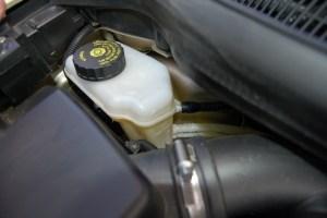 O reservatório do fluído de freio ou óleo de freio tem fácil acesso e encontra-se junto ao motor