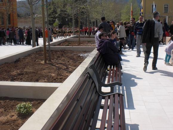 Banco Roda en la Plaza España, Mostar - Mobiliario urbano BENITO URBAN