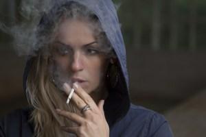 ragazza adolescente fumo