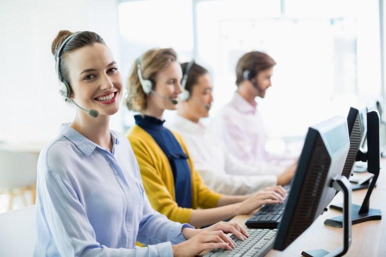 Atendente trabalhando no atendimento ao cliente