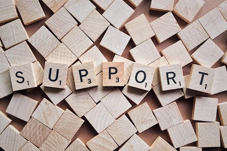 """Quadradinhos de madeira escrito """"support""""."""