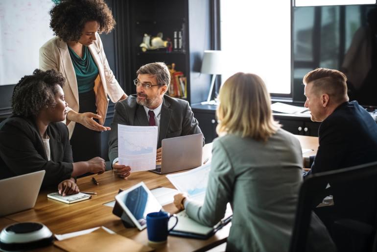 Equipe em escritório discutindo estratégias