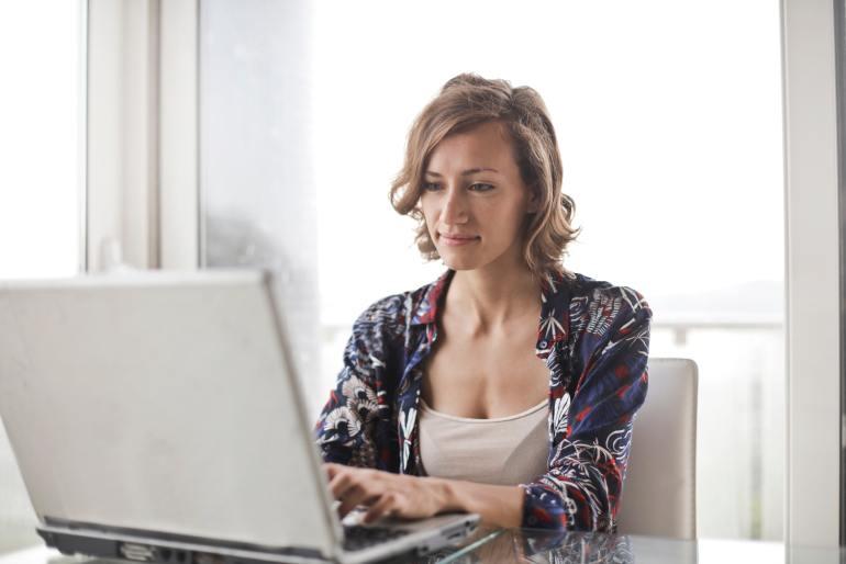 Mulher trabalhando em frente ao notebook