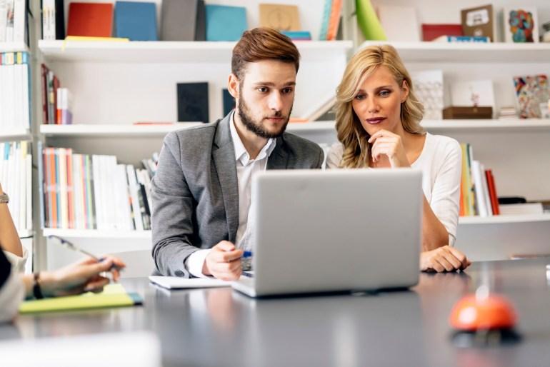 Especialistas em customer experience analisando pesquisas em tempo real