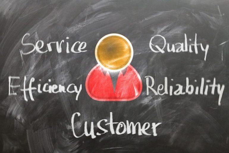 Quadro negro escrito service, quality, efficiency, reliability e customer