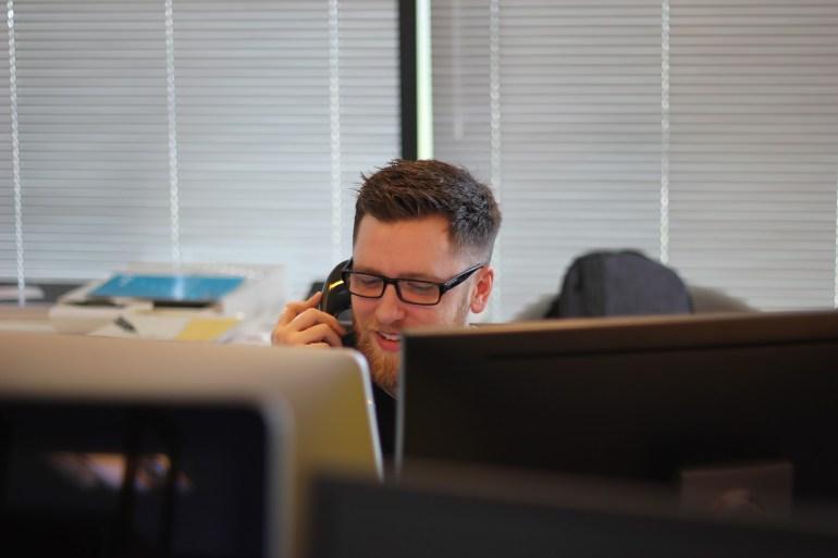 Homem no trabalho conversando com empresa de telemarketing