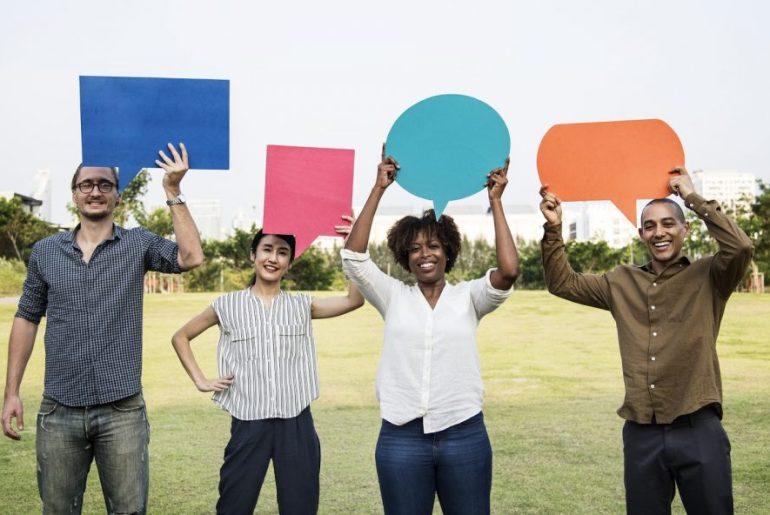 Clientes segurando balões de feedback
