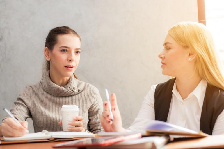 mulheres discutindo o feedback do cliente.