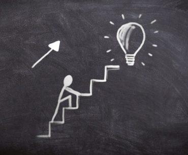homem subindo escada rumo a uma ideia