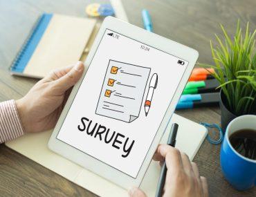 Pessoa segurando tablet com desenho de pesquisa na tela