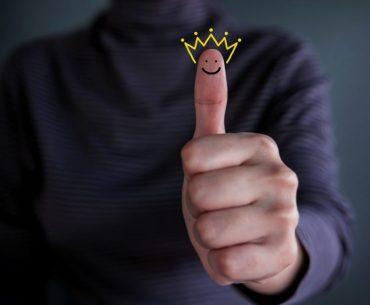 Cliente fazendo final de positivo com o polegar, mostrando que está feliz