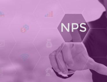 Imagem com pessoa apontando para escrita NPS