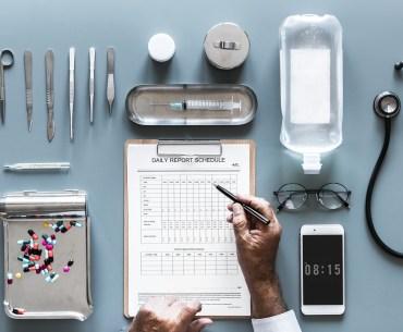 médico avaliando resultados