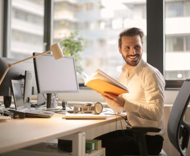 colaborador feliz avaliando seu plano de desenvolvimento individual
