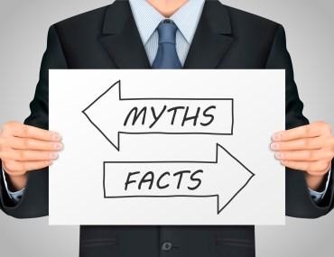 homem segurando cartaz escrito mitos ou fatos