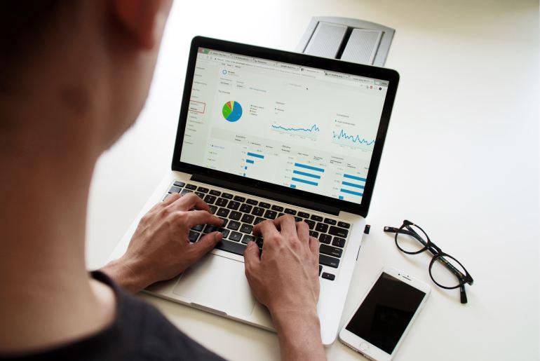 Homem analisando dados do site