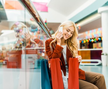 cliente feliz fazendo compras no shopping