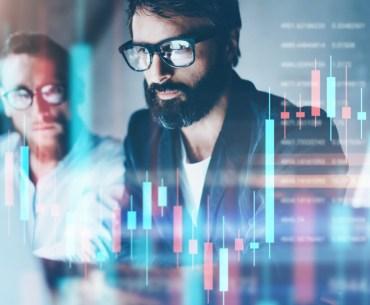 Gerente visualizando sistema ERP da empresa no computador