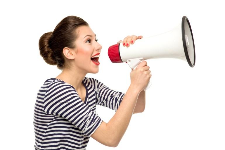 cliente feliz falando no megafone sobre satisfação com alguma empresa