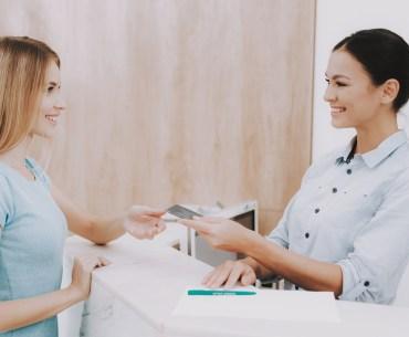 aperto de mão entre cliente e funcionário