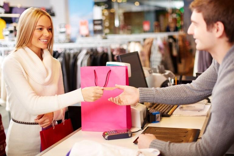 Consumidora feliz fazendo compras