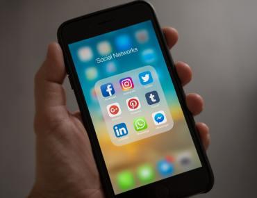 celular com mídias sociais
