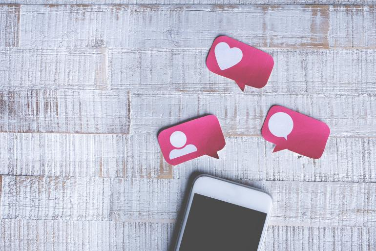 Celular com reações de redes sociais