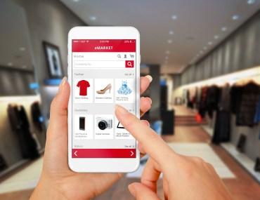 Foto de celular com e-commerce aberto
