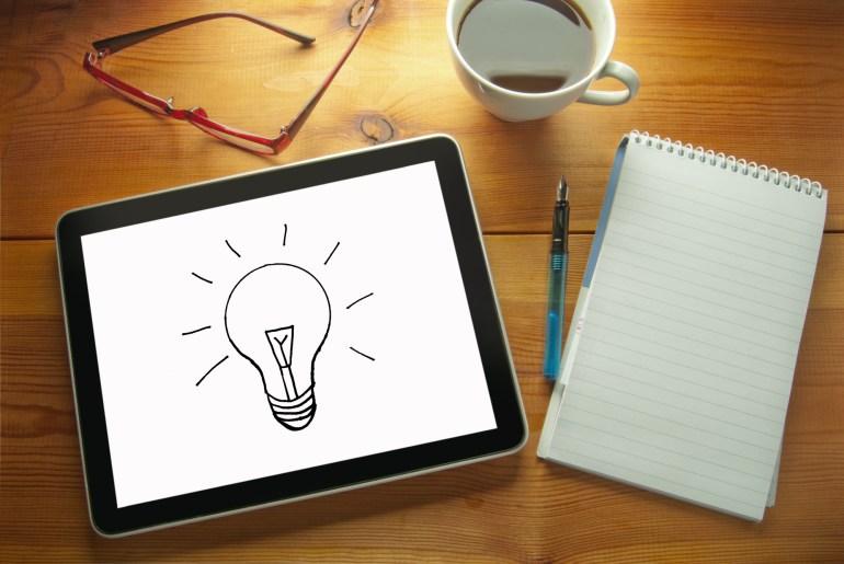Tablet com desenho de lâmpada representando uma ideia