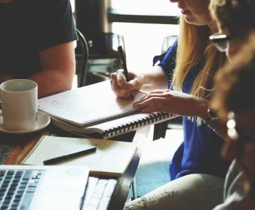 líder em reunião com a equipe