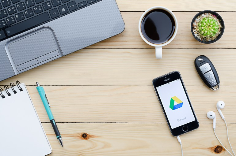 Celular demonstrando ícone do Google Drive.
