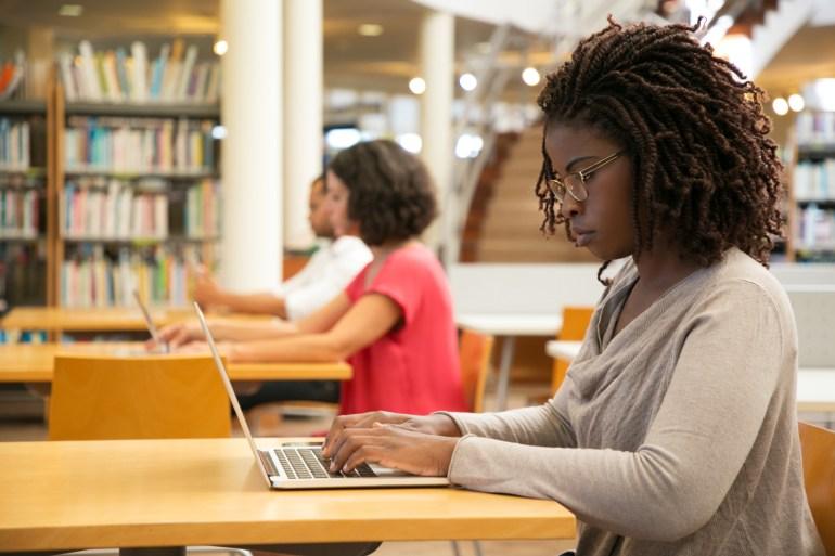 Mulher concentrada fazendo curso Customer Success.