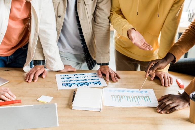 Equipe de trabalho mensurando KPIs