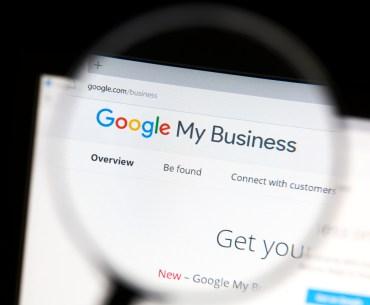 Lupa sobre tela de computador com a página inicial do Google Meu Negócio aberta.