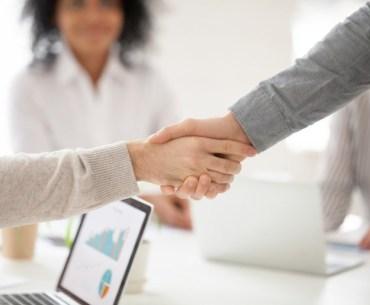 empresário cumprimentando cliente