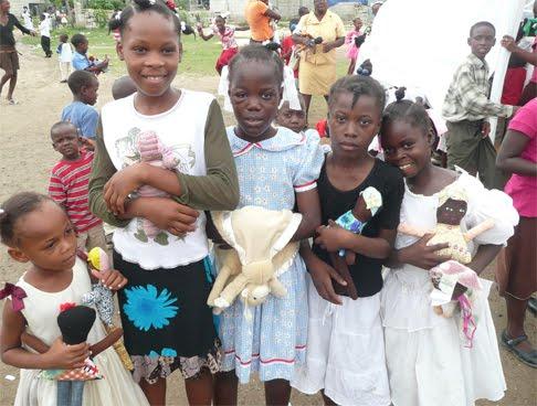 Da! Das Mädchen ganz links hält eine der Miss-Tiffy-Puppen im Arm!