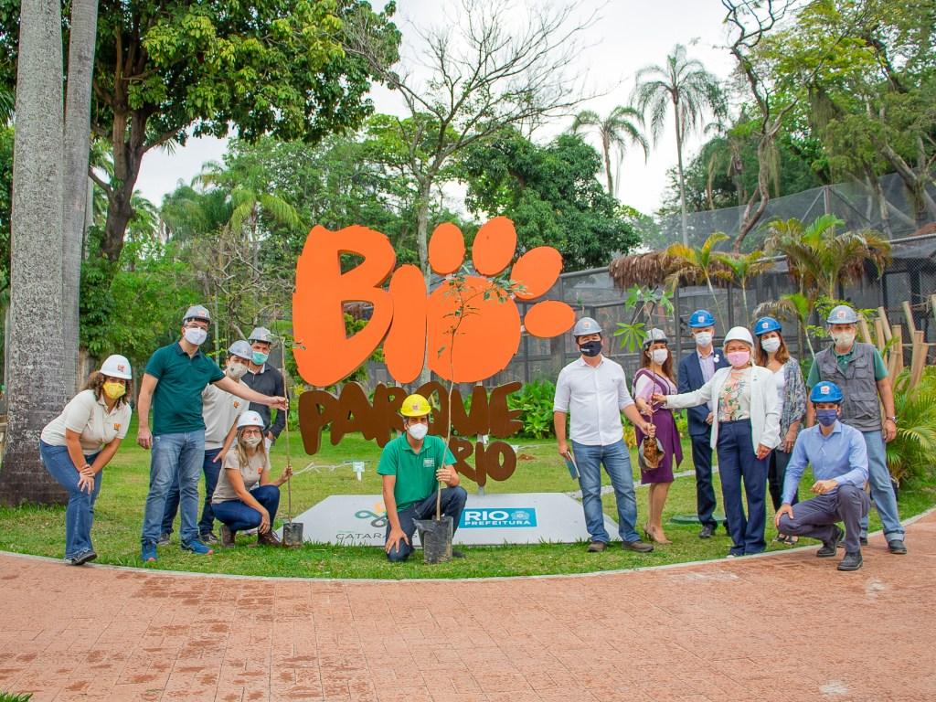 Equipe do BioParque do Rio reunida em frente à placa com o nome do parque