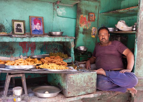 Un vânzător de preparate alimentare își prezintă afacerea și fotografiile din tinerețe. Oraș JODHPUR (BLUE CITY).