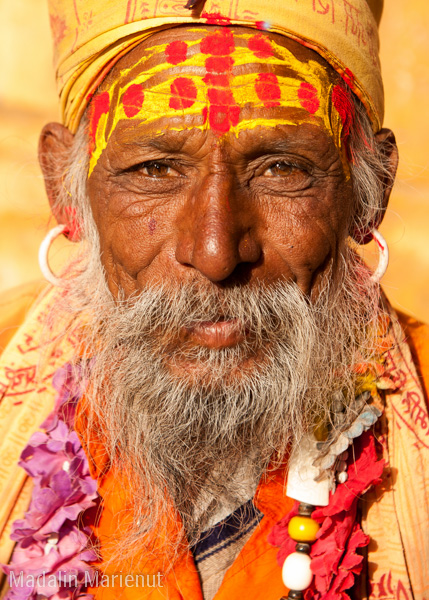 Un preot Sadu aduna bani la intrarea in Jaisalmer Fort repetând într-una: Holy man, money, money! Oraș JAISALMER (GOLDEN CITY).