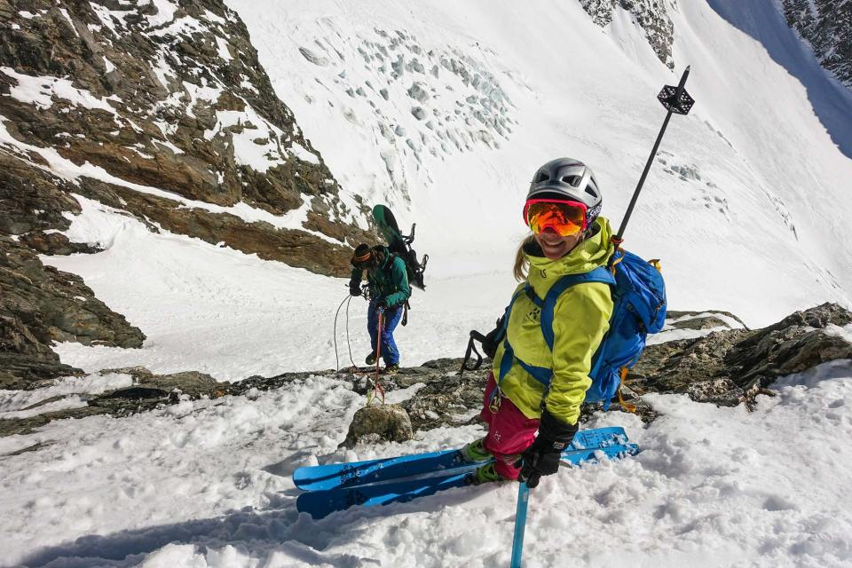 We made one 10-15 m rappell over some rocks at the exit of the face, then a last fun little couloir brought us back on the glacier basin under the Miage North face.